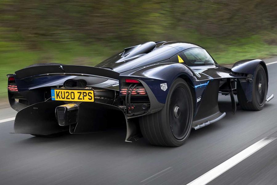 Aston Martin Valkyrie auf der öffentlichen Autobahn