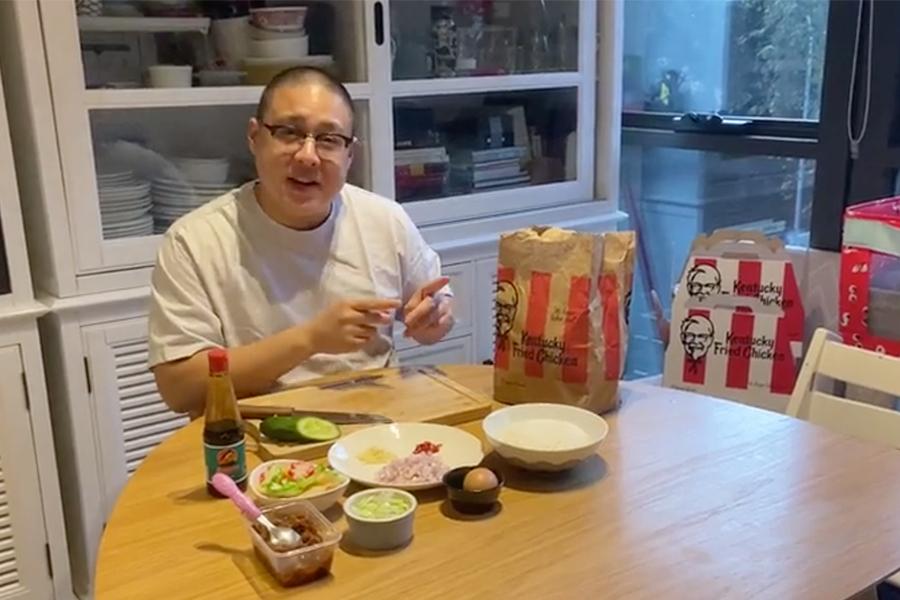 Isolierter Koch kreiert KFC Zinger Nasi Goreng Rezept