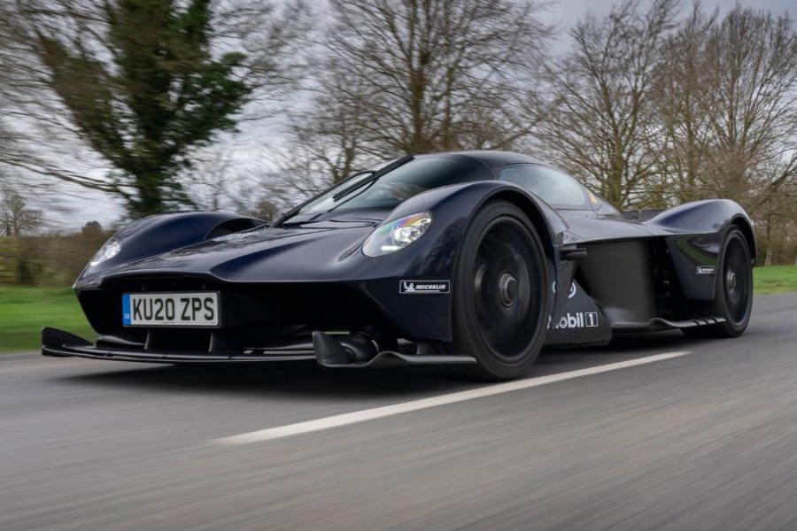 V-12 Aston Martin Hypercar fährt auf der öffentlichen Autobahn in Großbritannien