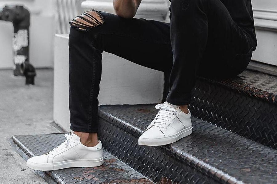 Wie man weiße Schuhe mit schwarzen Jeans trägt