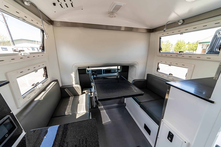 Loungebereich der Dule Cab Adventure Earth Cruisers
