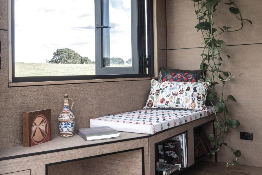 Unterbett in der Nähe des Fensters
