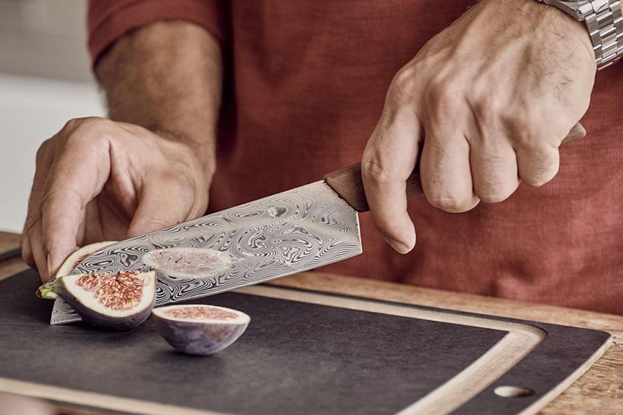 Victorinox Santoku Damastmesser schneiden