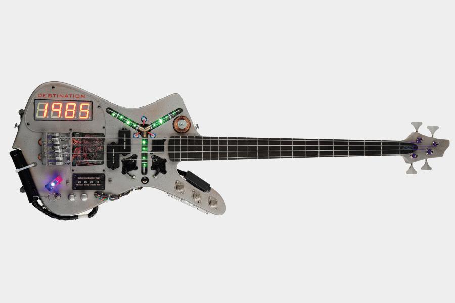 Gehen Sie mit dem Time Machine Bass zurück in die Zukunft