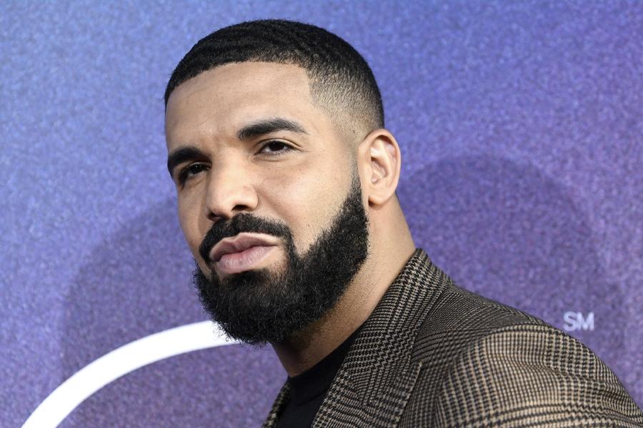 Drake hat gerade $ 600k auf zwei mit Diamanten besetzte Tupac-Halsketten fallen lassen