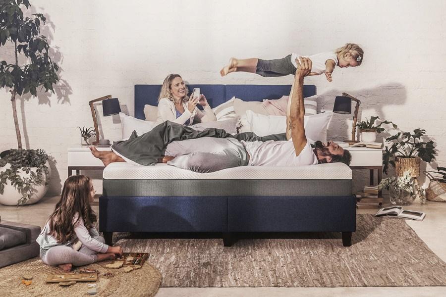 Familie auf dem Bett