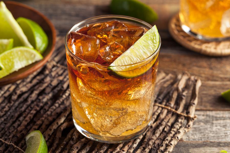 Das beste dunkle und stürmische Rezept, um den Nationalen Rum-Tag zu feiern