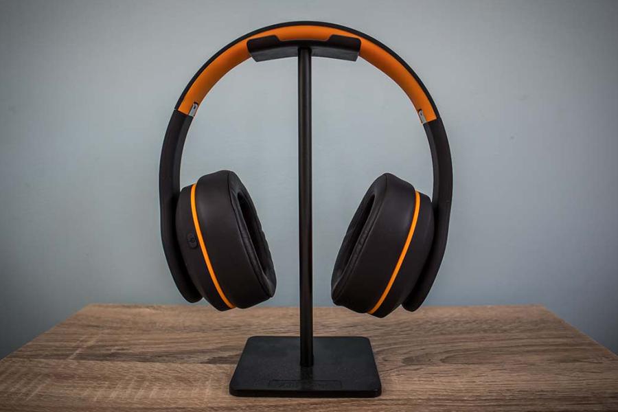 Orange Crest Kopfhörer im Ständer