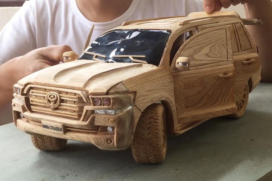 Toyota Land Cruiser Holzschnitzerei