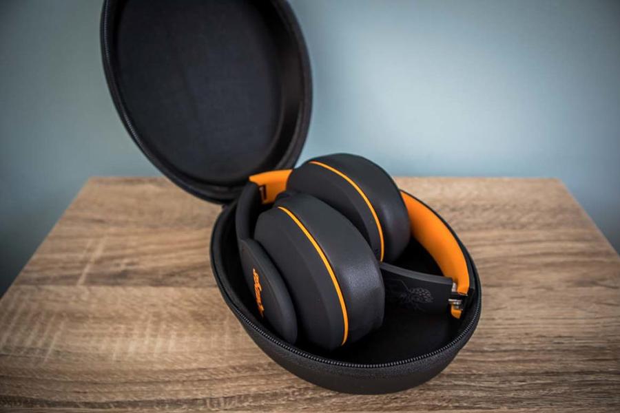 Orange Crest Kopfhörer in der Tasche