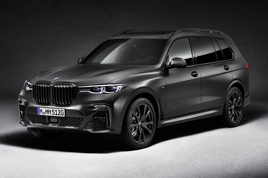 BMW X7 Dark Shadow ist ein moderner schwarzer Hengst