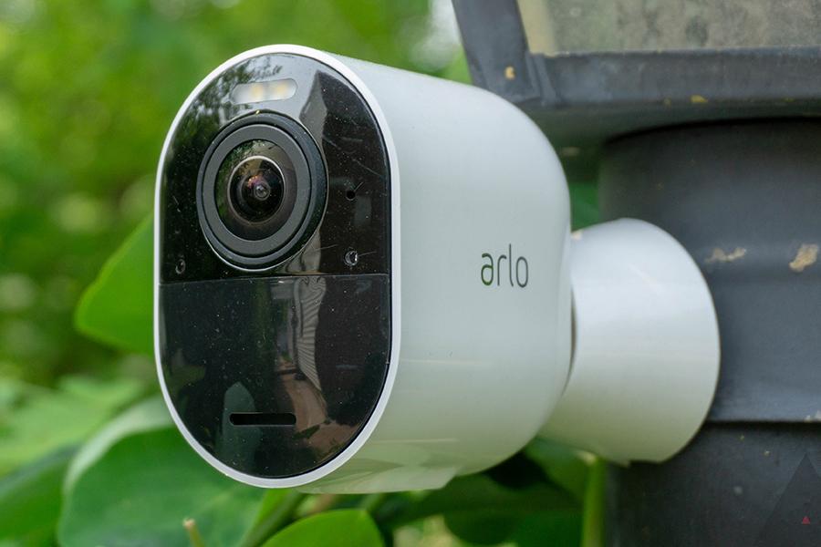Arlo bietet Sicherheit mit der neuen Essential Spotlight-Überwachungskamera