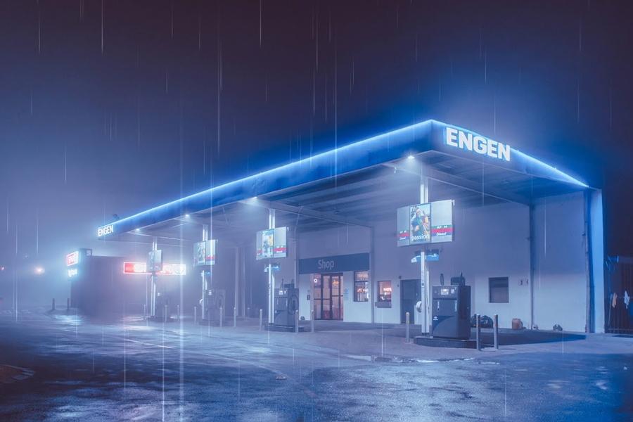 Tankstelle im Regen Wallpaper