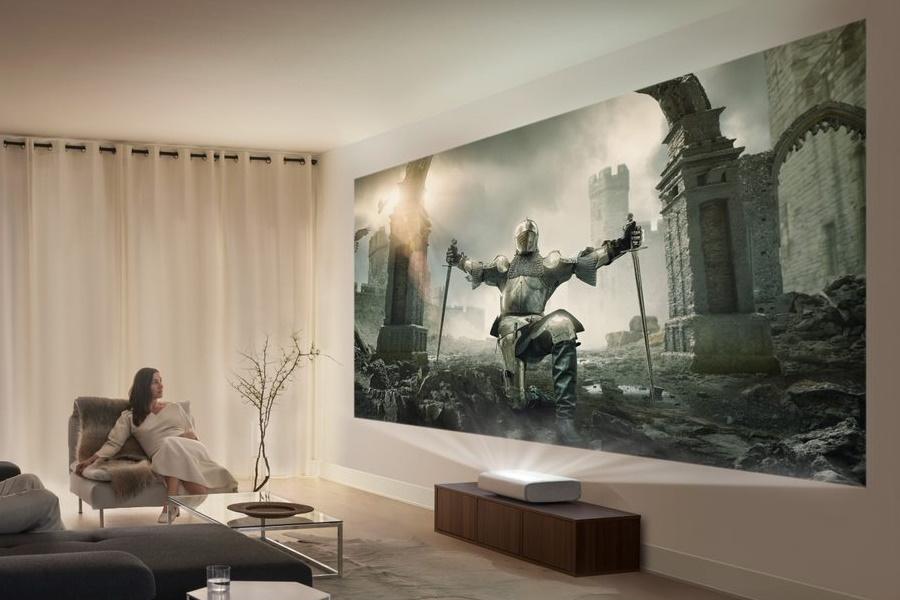 Mit dem Outdoor-Terrassenfernseher von Samsung und dem Premiere 4K-Projektor können Sie alles geben