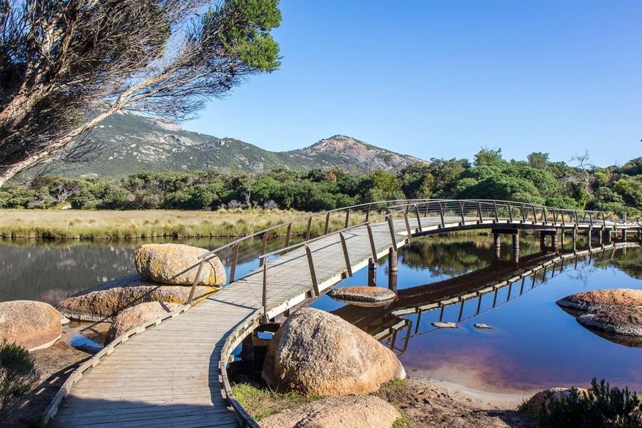 Fußgängerbrücke über Fluss im Nationalpark