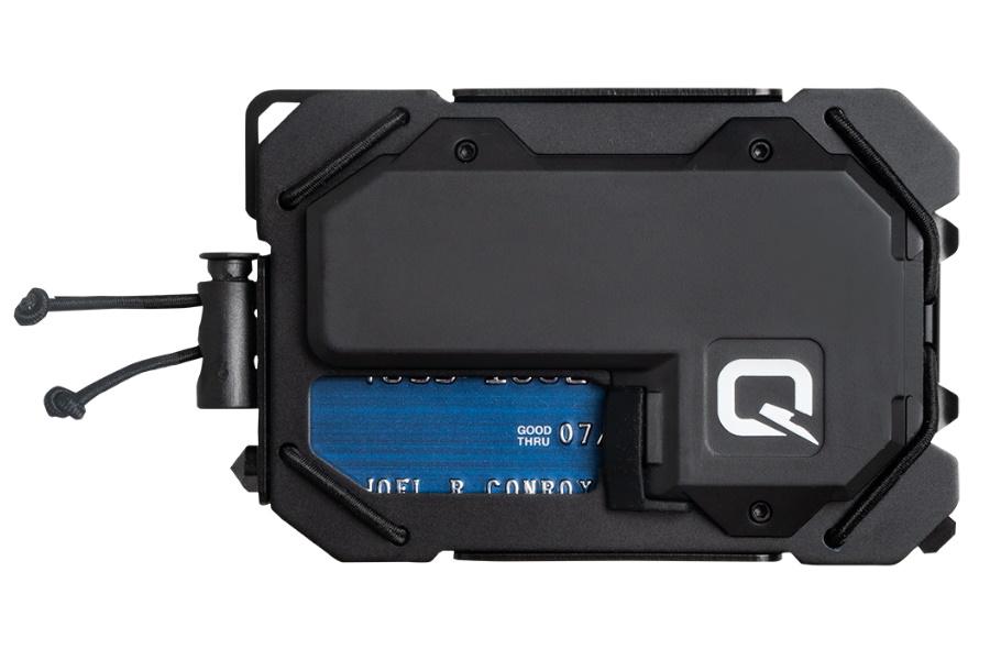 Geld trifft auf Multi-Tool in der aufgeladenen TAQ-Brieftasche