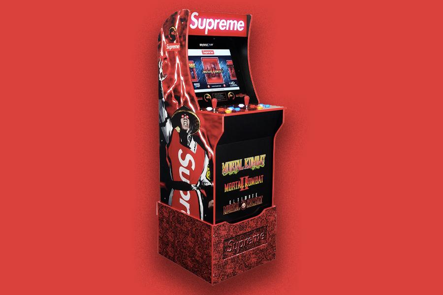 Das Mortal Kombat Arcade Cabinet von Supreme ist kampfbereit