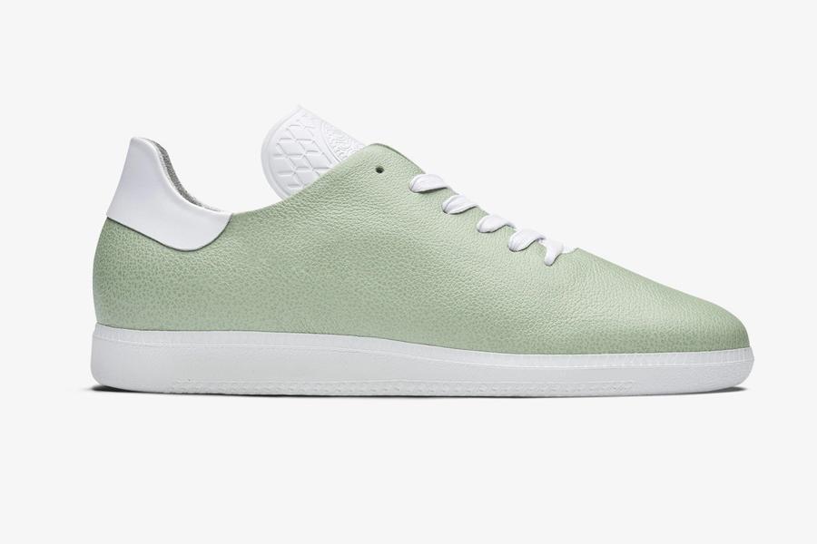 KAAP x Oliver Cabell Sneakers werden von Hermés 'Gerberei handbemalt
