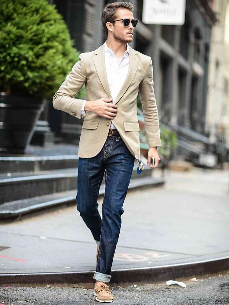 Männer gehen Jeans tragen