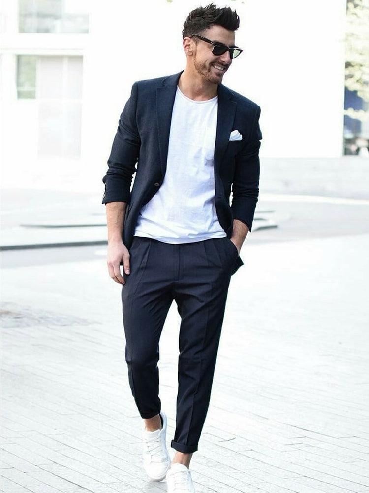 Männer lächeln tragen Anzug und weißen Schuh
