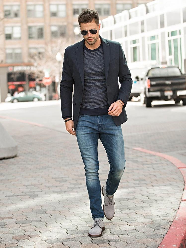 Männer gehen Jeans und Anzug