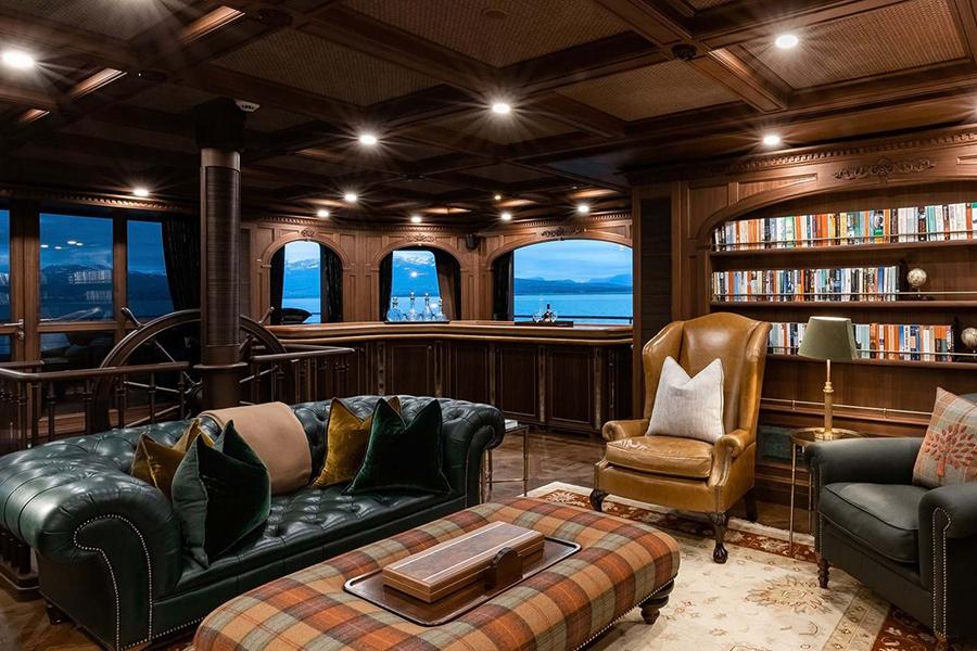 Loungebereich von Burgess Yachts Ragner