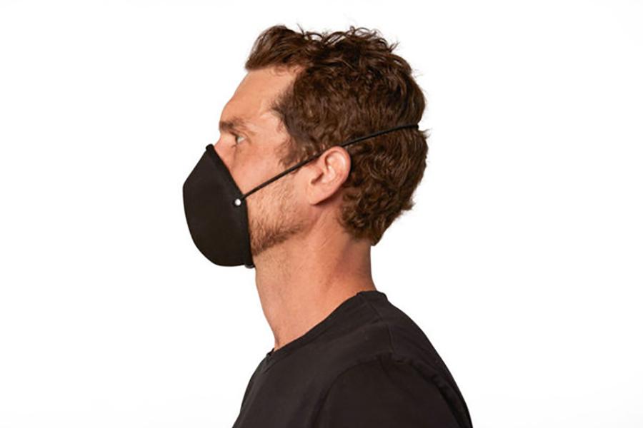 Mann tragen Stephen King Gesichtsmaske
