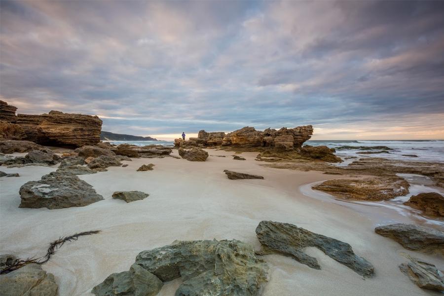 Bild von Felsen am Strand an einem wolkigen Tag