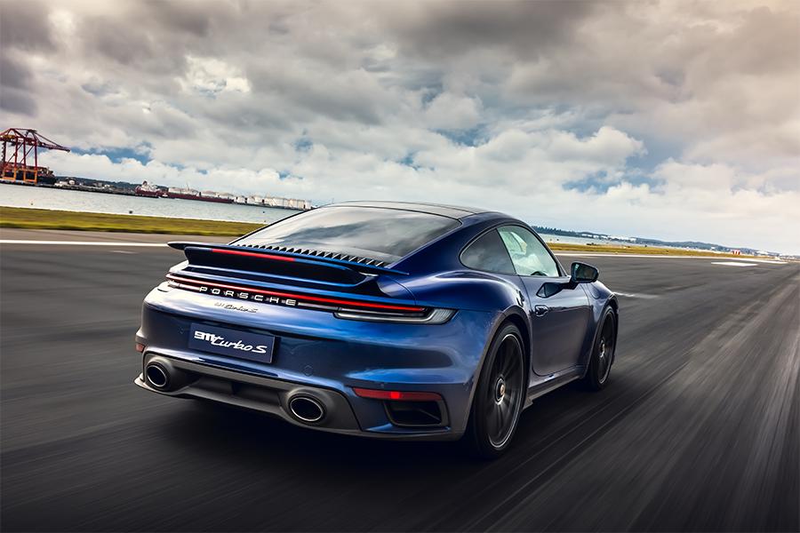 Was passiert, wenn Sie einen Porsche 911 Turbo S 300 km / h auf einer Landebahn des Flughafens verprügeln?
