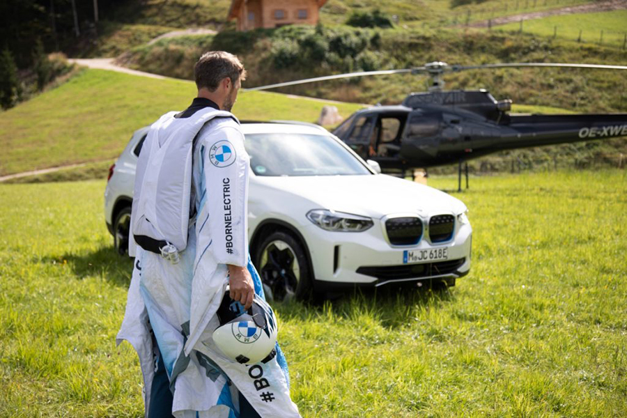 Peter Salzman BMW elektrifizierter Wingsuit fertig