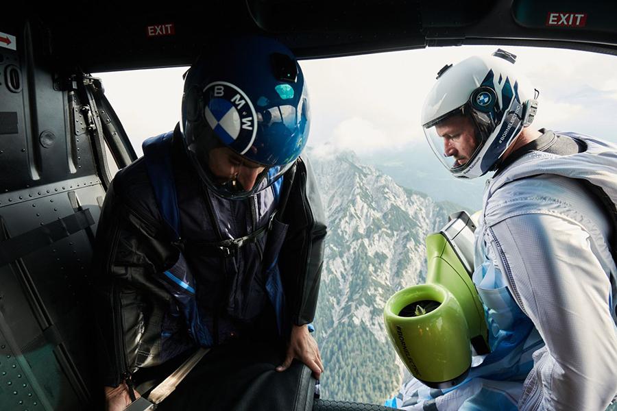 Peter Salzman BMW Electrified Wingsuit an Bord eines Hubschraubers