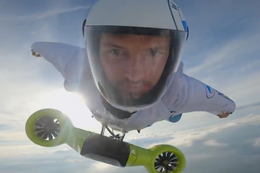 Peter Salzman BMW Electrified Wingsuit fliegt hoch