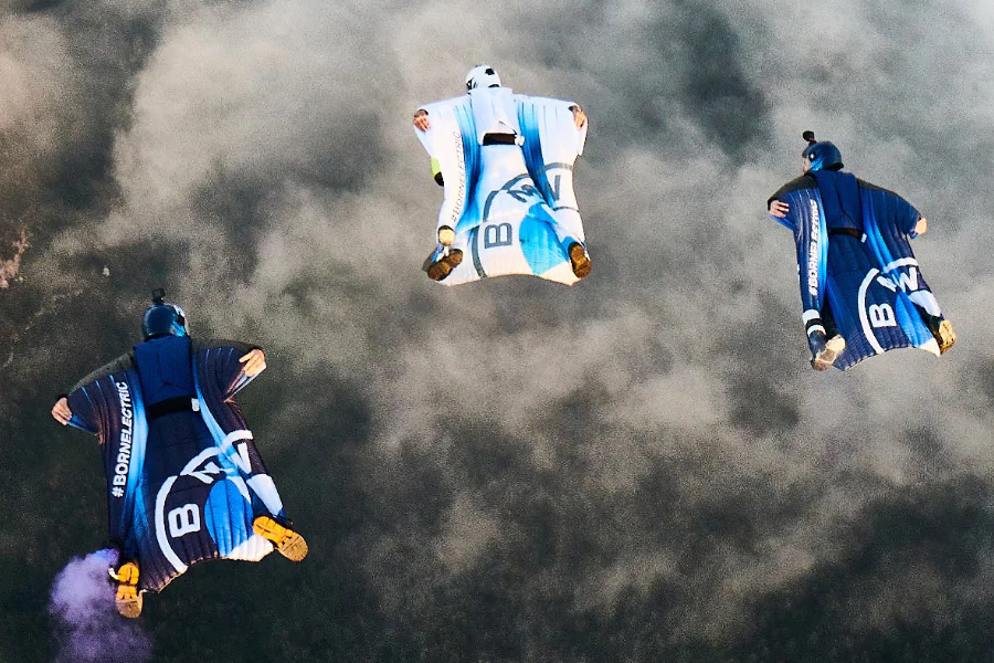 Peter Salzman BMW elektrifizierter Wingsuit gleitet