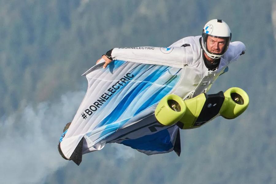 BMW hilft Peter Salzman beim Flug im elektrifizierten Wingsuit