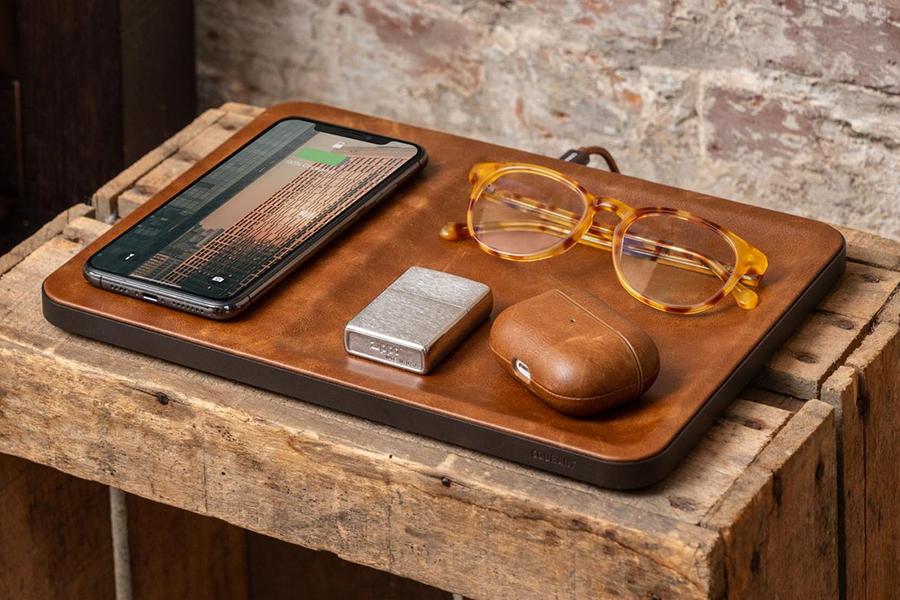 Courant Catch 3 Wireless Charging Pad auf dem Tisch