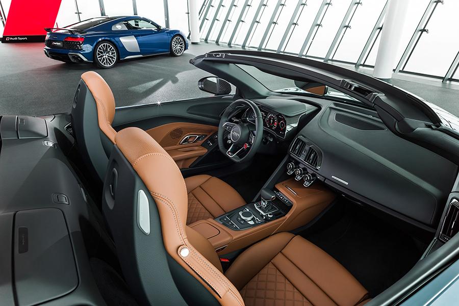 2021 Audi R8 RWD Coupé und Spyder Armaturenbrett und Autositz