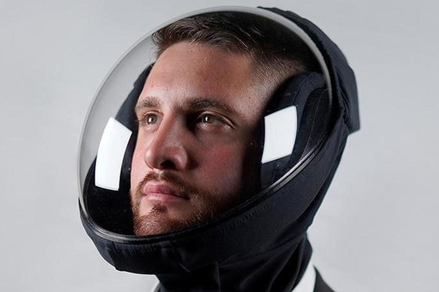 Mann mit Air X Microclimate Helm