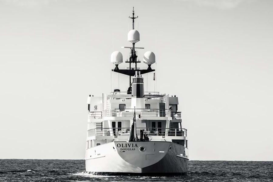 Russisches Marineschiff zur Superyacht-Front umgebaut
