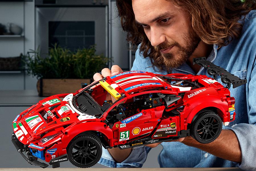 LEGO Technic Ferrari 488 GTE hat tatsächlich bewegliche Kolben