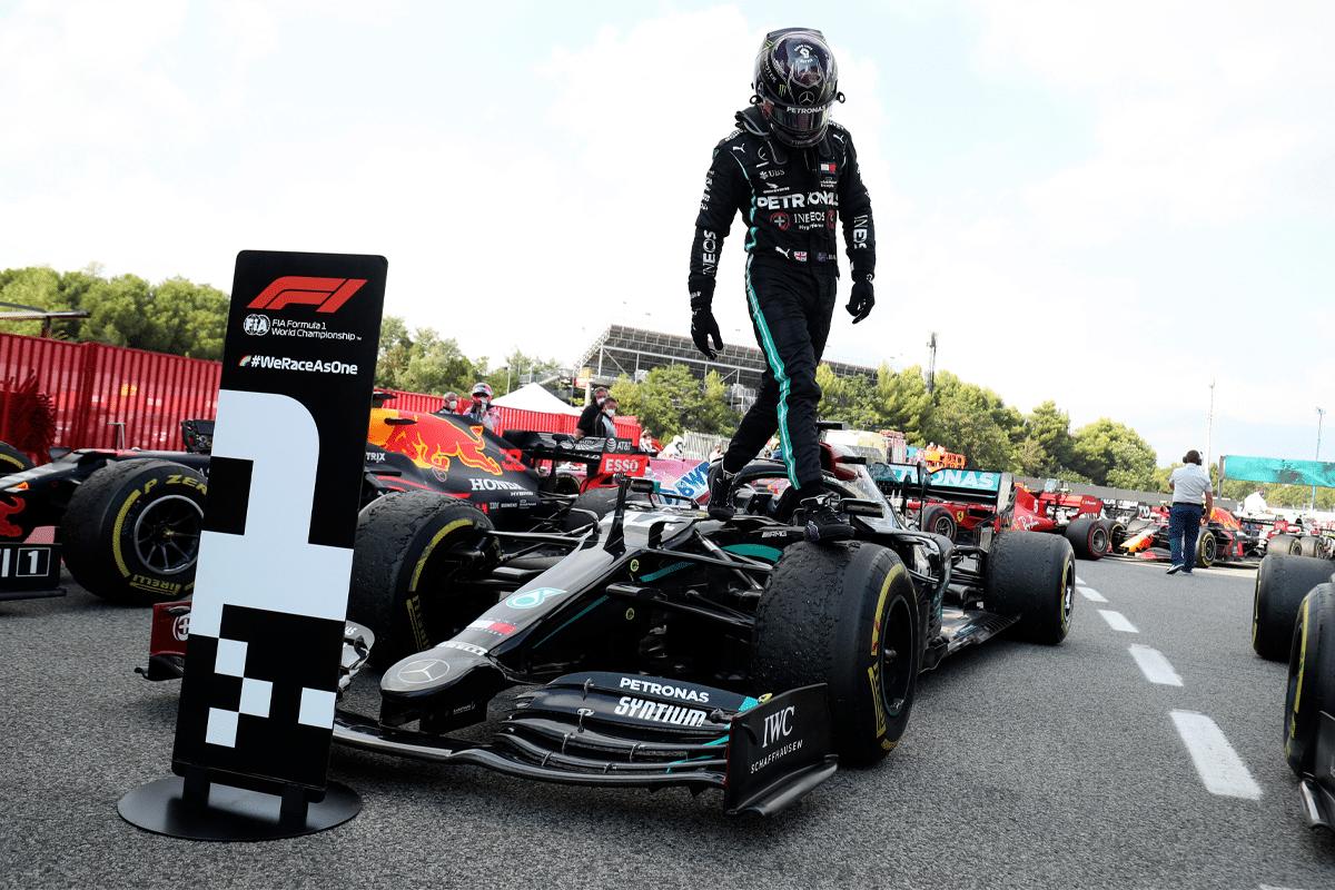 Lewis Hamilton steht auf Petronas Car